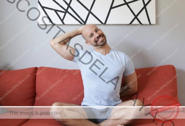 Estiramiento de cuello rígido sentado