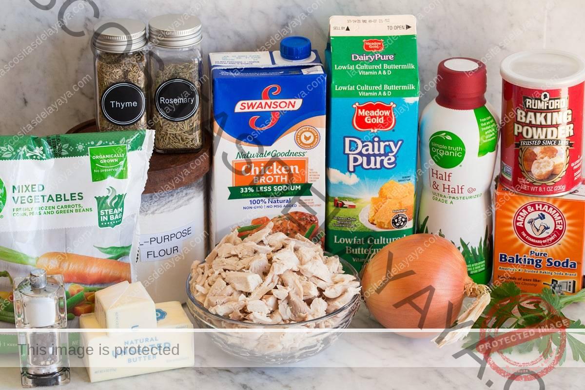 Foto de ingredientes utilizados para hacer pastel de pollo con galletas.