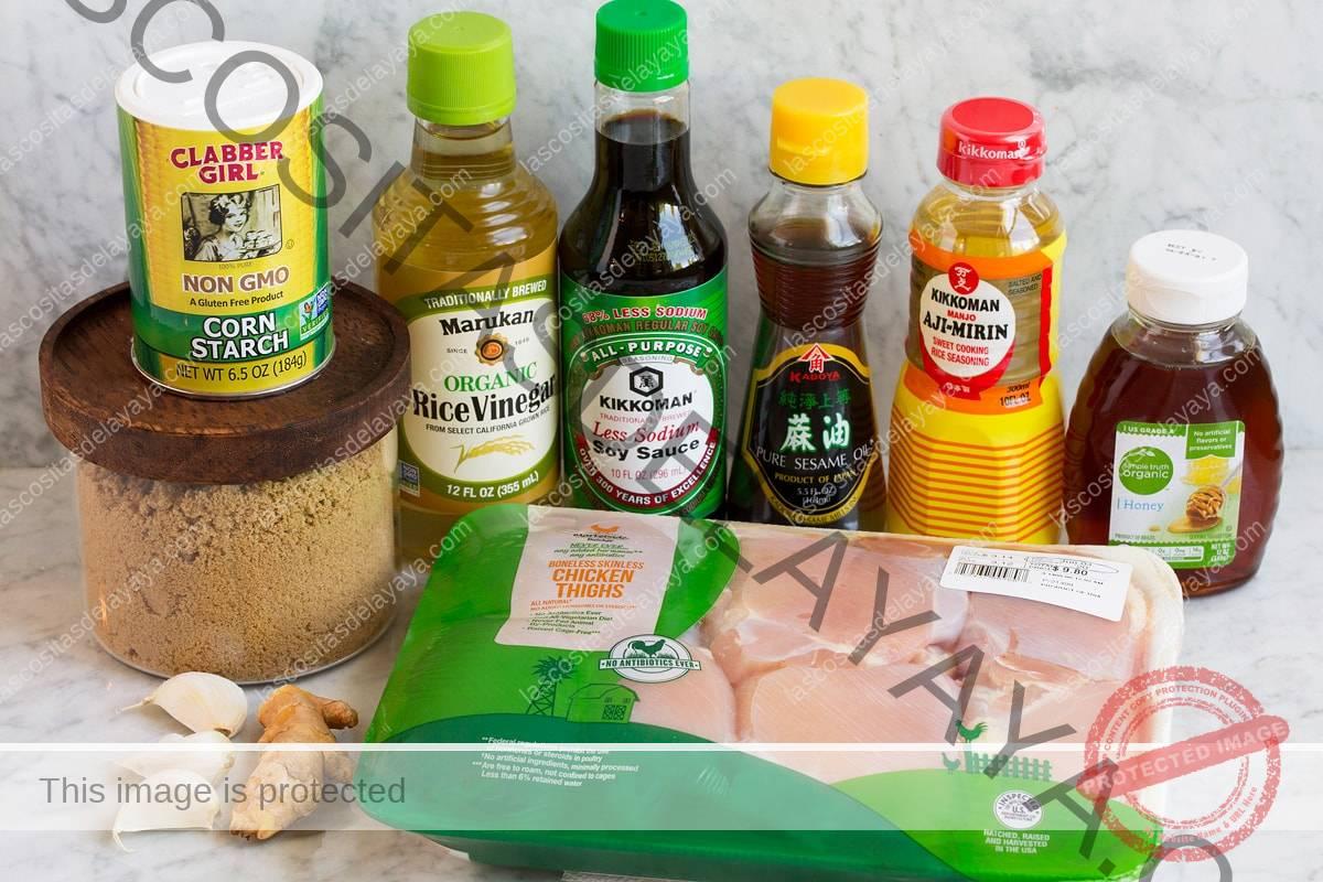 Imagen de los ingredientes utilizados para hacer el adobo de pollo teriyaki.  Incluye salsa de soja, vinagre de arroz, mirin, aceite de sésamo, azúcar morena, miel, jengibre, ajo, muslos de pollo y maicena.