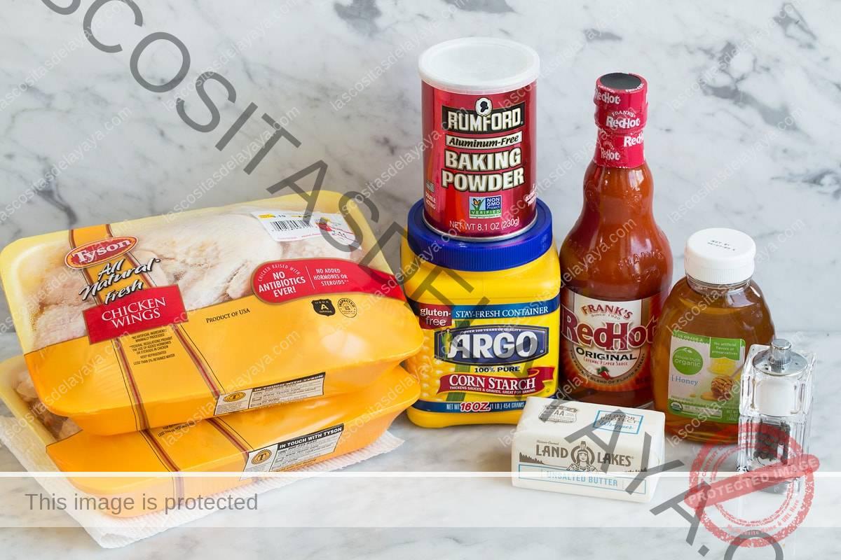 Ingredientes que se muestran aquí y que son necesarios para hacer alitas de búfalo y salsa.