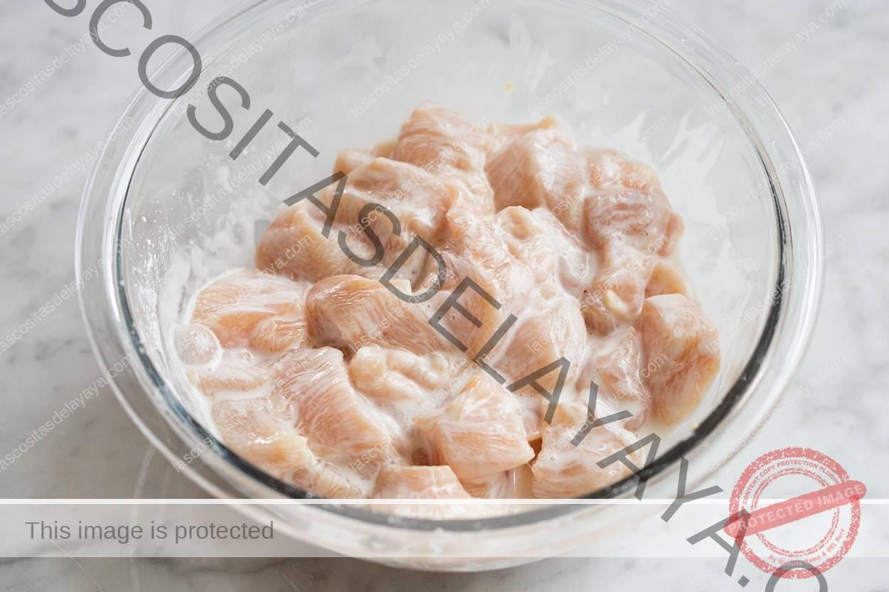 Arrojar pollo con clara de huevo y mezcla de almidón de maíz