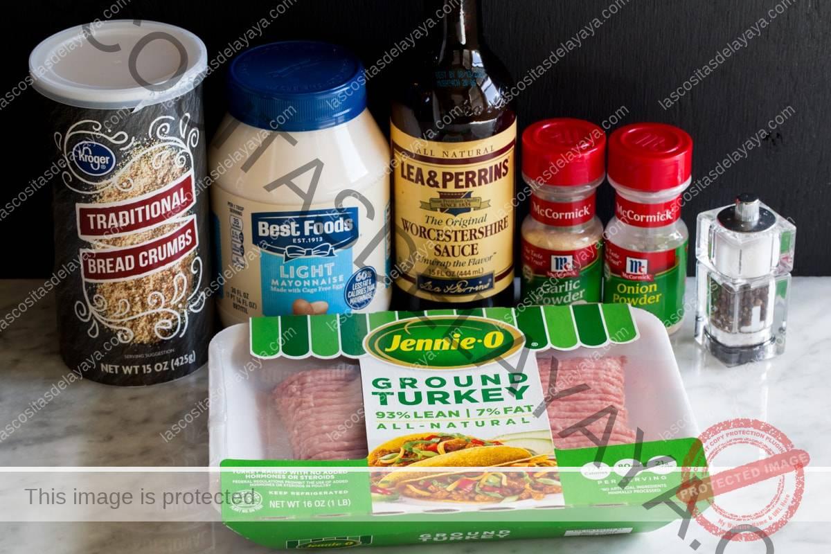Los ingredientes necesarios para hacer hamburguesas de pavo que se muestran aquí, incluyen pavo molido, pan rallado, mayonesa ligera, Worcestershire, ajo en polvo, cebolla en polvo, sal y pimienta.