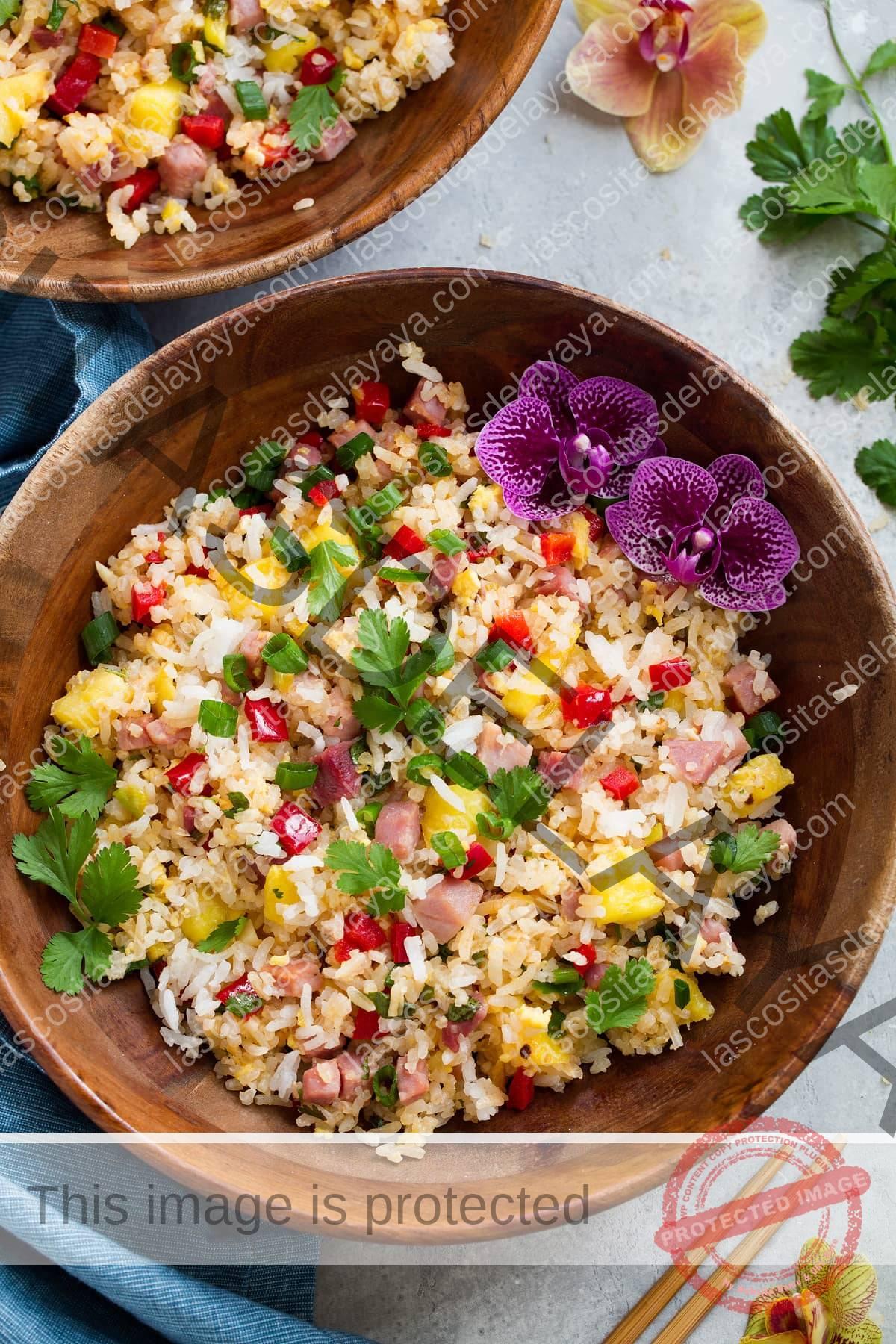 Imagen aérea de arroz frito hawaiano en un tazón.