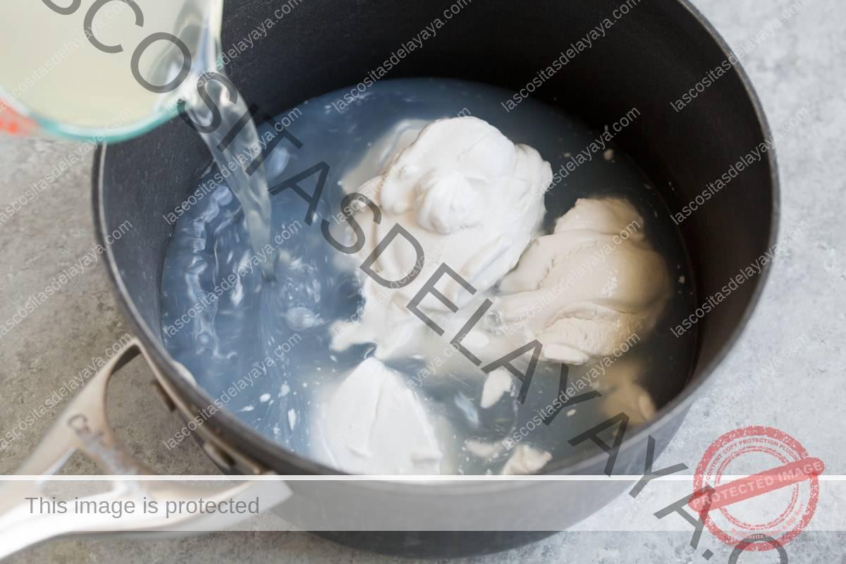 Agregue agua y leche de coco a una cacerola mediana.