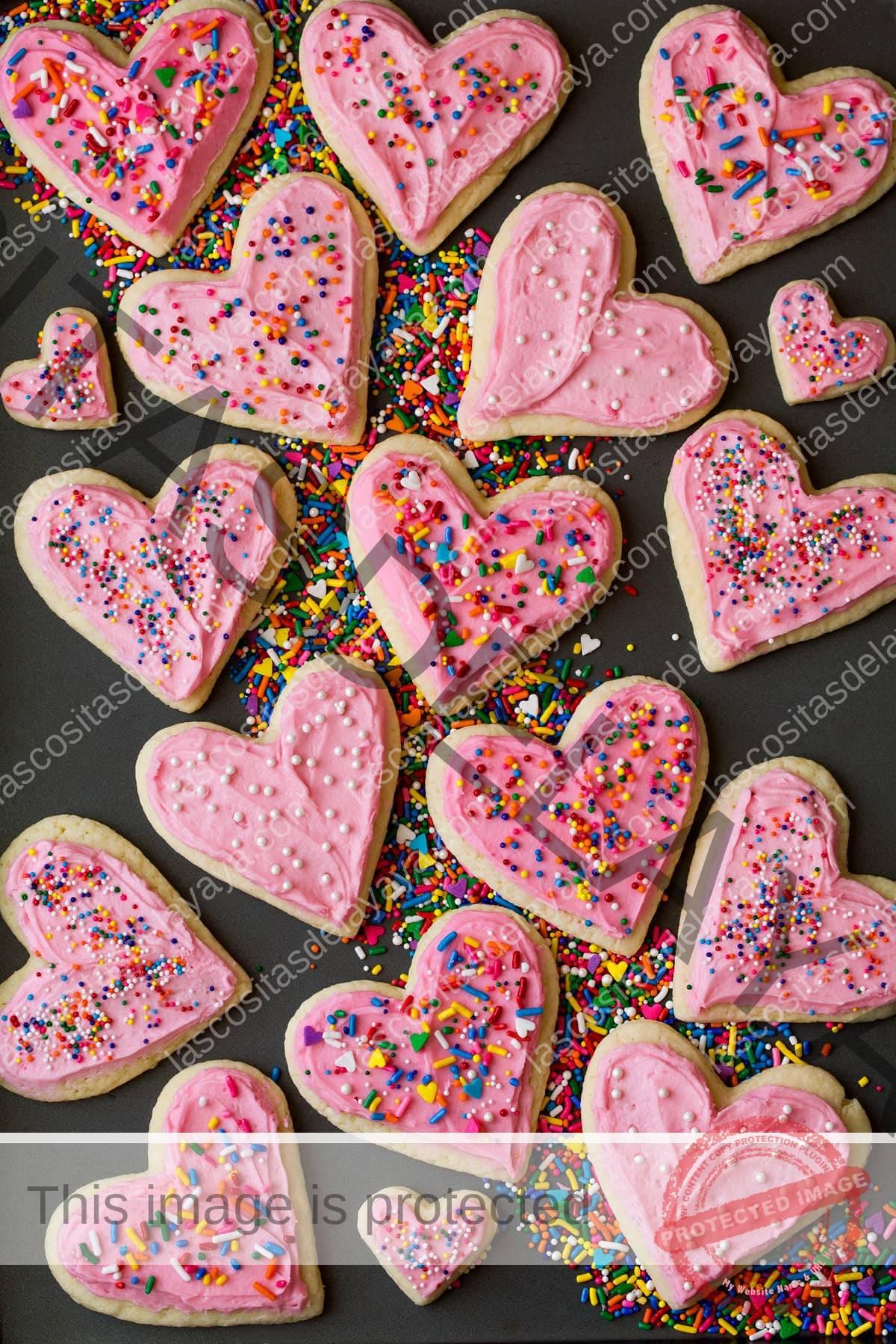 Corte de galletas de azúcar glas suave en forma de corazón