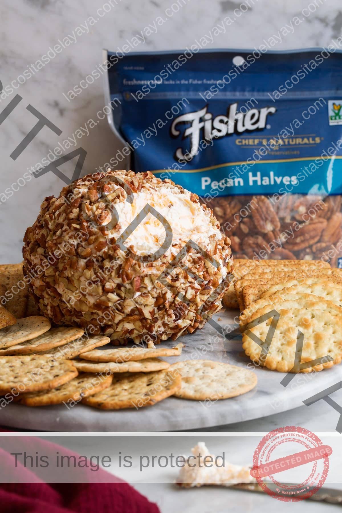 Bola de queso en un plato para servir con galletas.