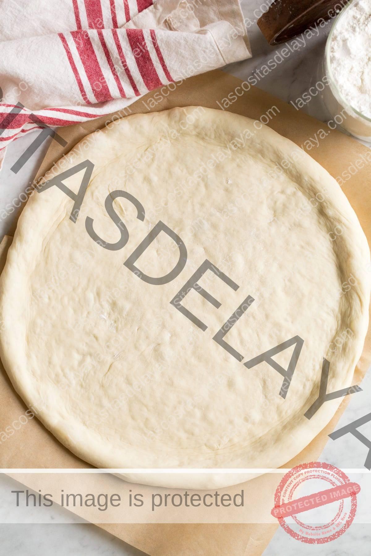 Imagem aérea da crosta em forma de pizza sem coberturas.