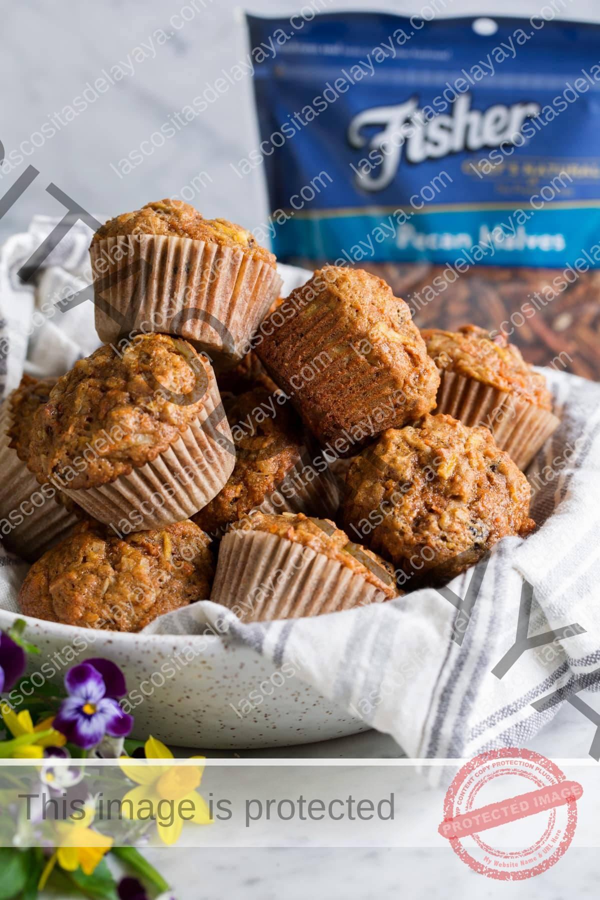 Muffins de gloria de la mañana apilados en un cuenco de cerámica rociado