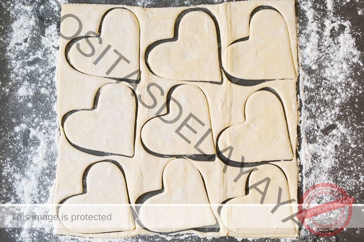 Cortar el hojaldre en forma de corazón.