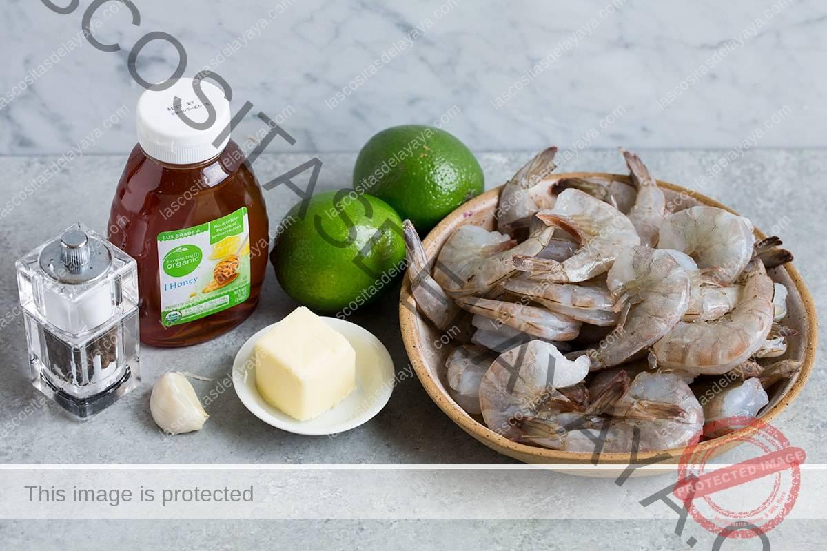 Aquí se muestran los ingredientes para hacer camarones con miel y limón.
