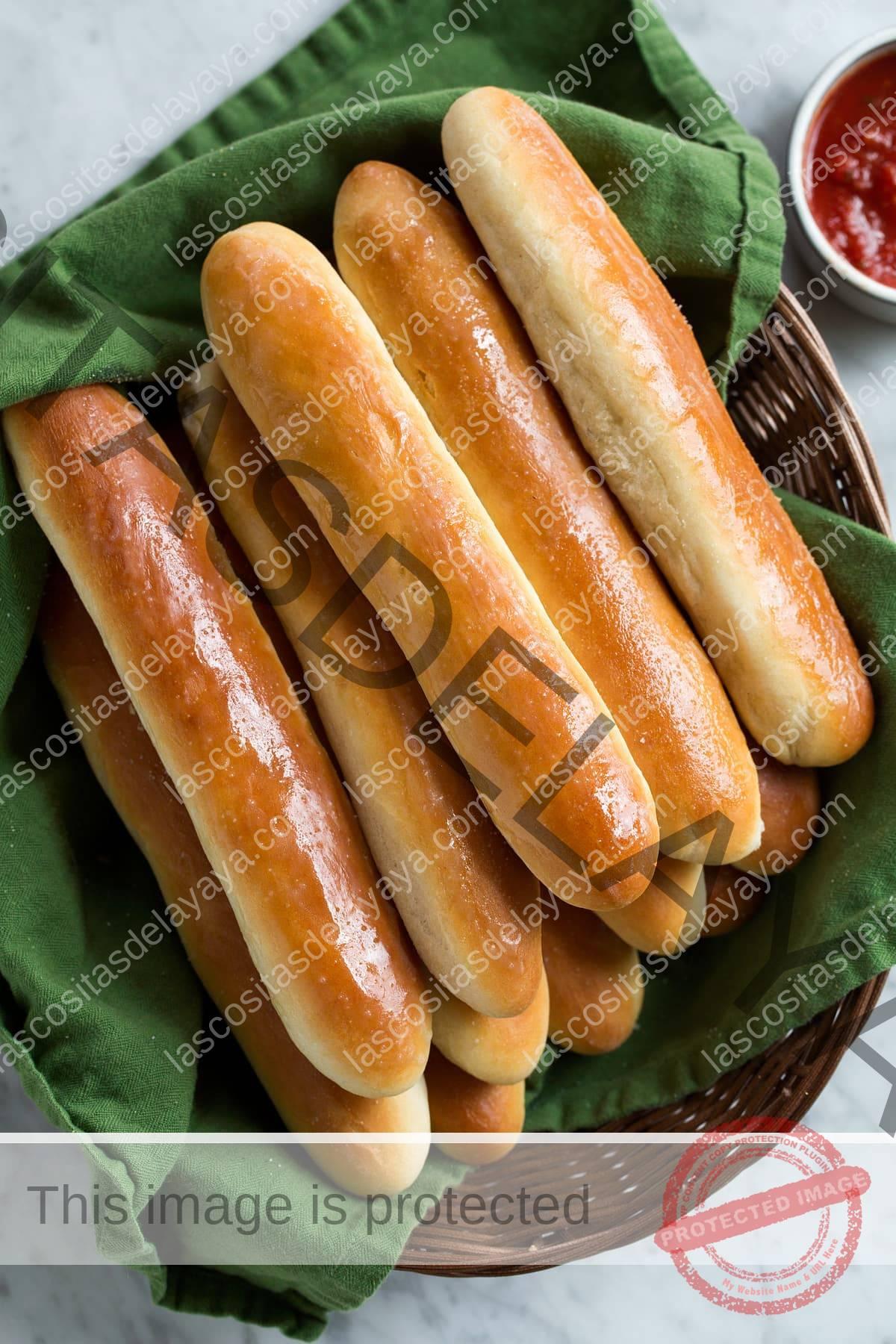Imagen aérea de pila de palitos de pan en la canasta.