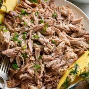Carne de cerdo Kalua en un tazón con piña y arroz al lado.