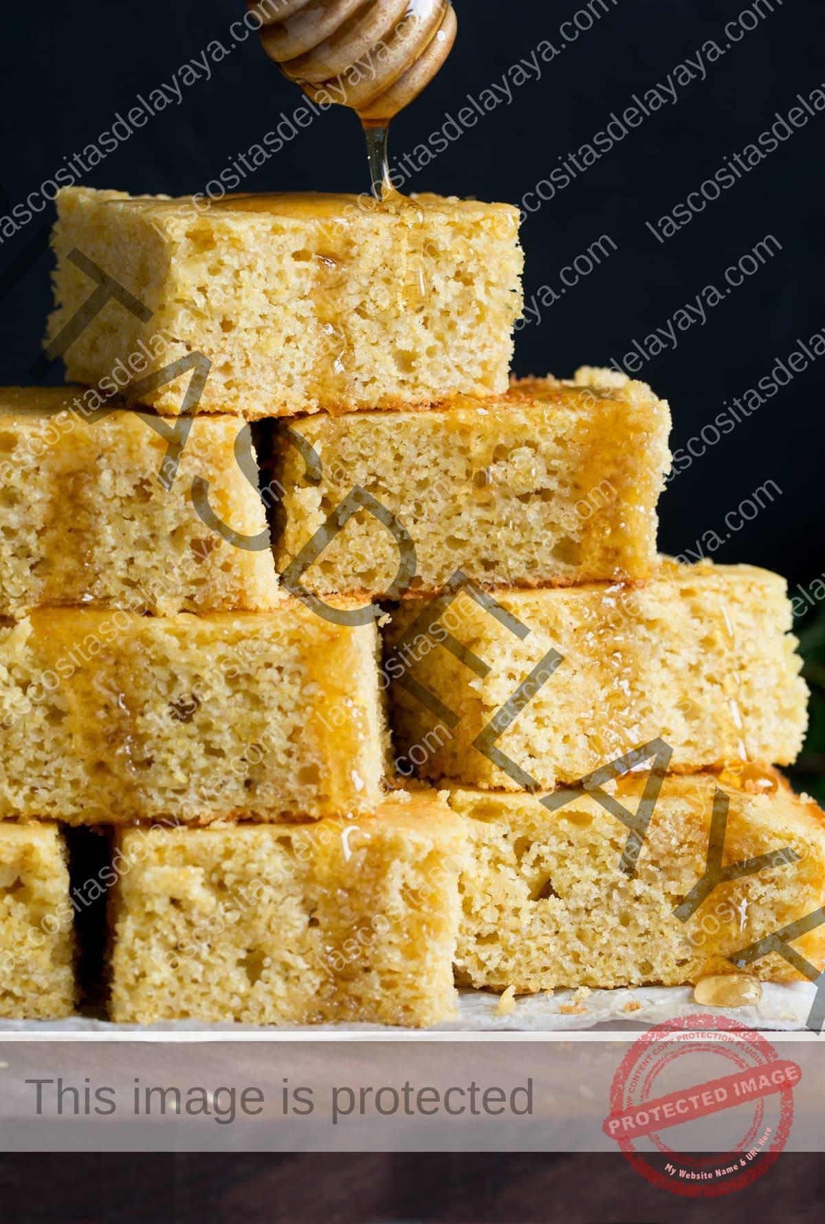 Espolvorear miel en una pirámide de pan de maíz casera