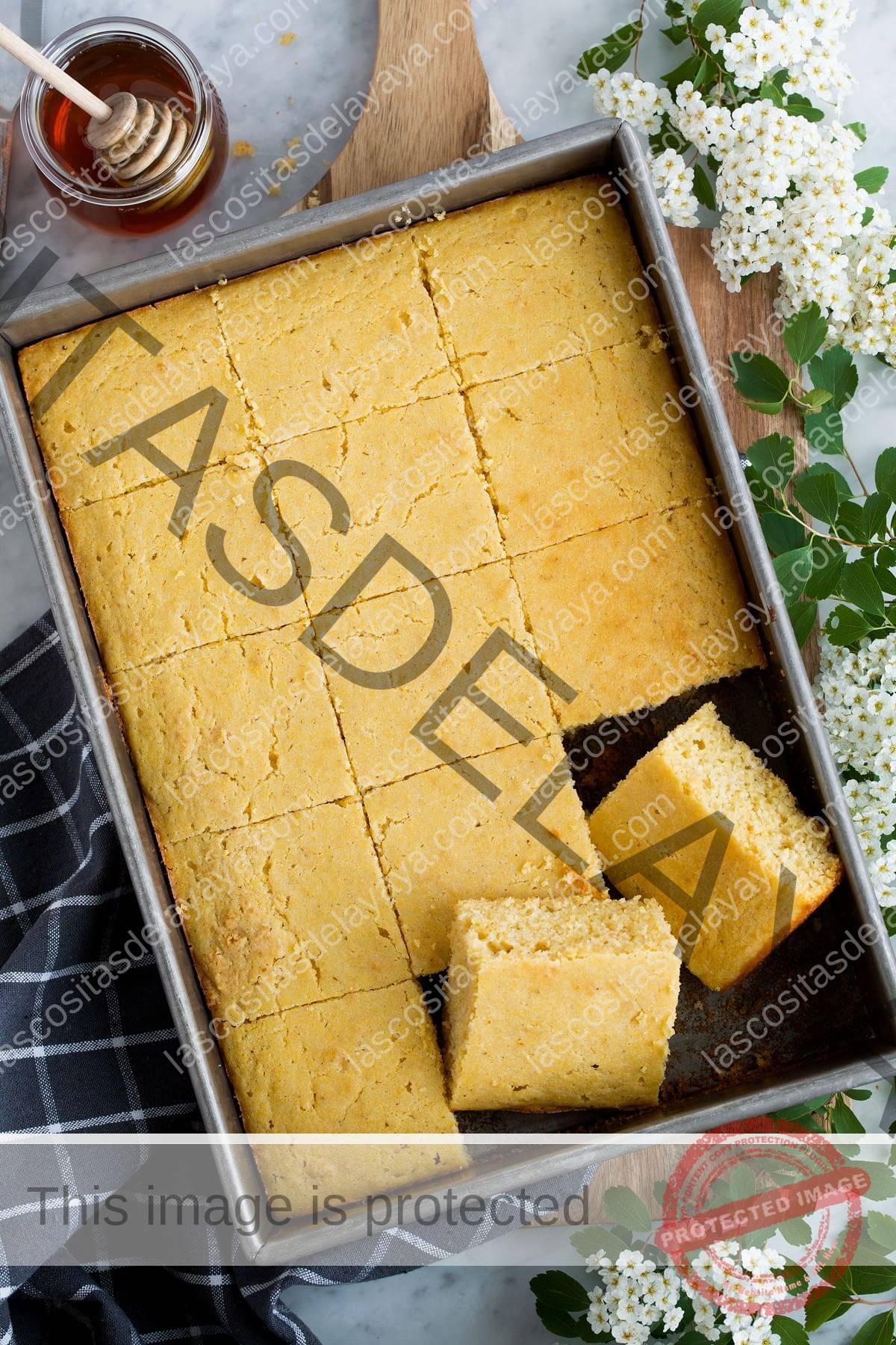 Imagen aérea de pan de maíz cortado en cuadrados en una bandeja para hornear.