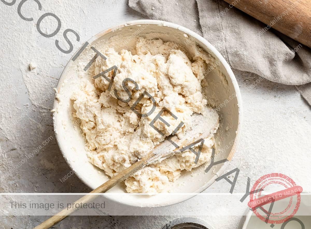 Mezcle el suero de leche con la masa para galletas en un bol.