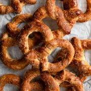 Pila de pretzels suaves al estilo de la tía Anne.