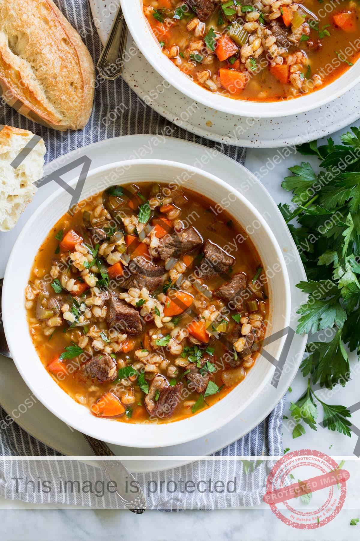 Imagen aérea de sopa de carne y cebada en un tazón.