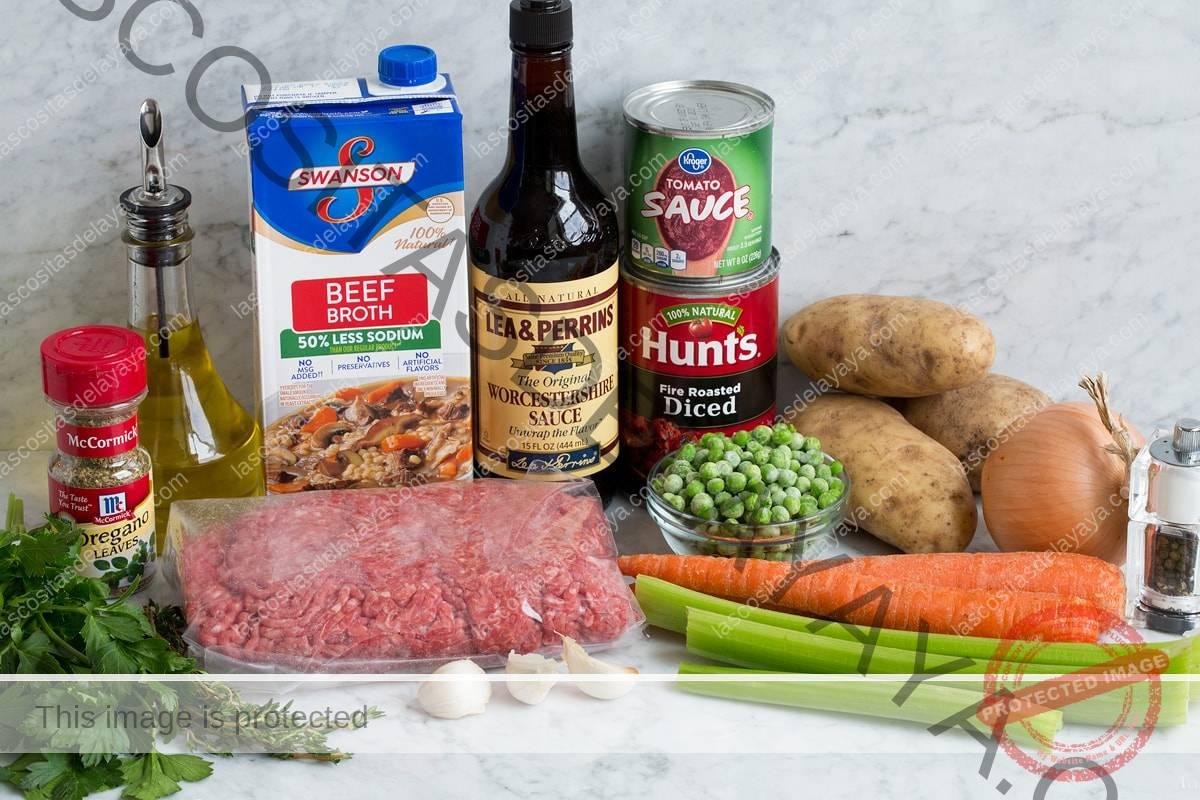 Ingredientes para la sopa de hamburguesa que se muestran aquí.
