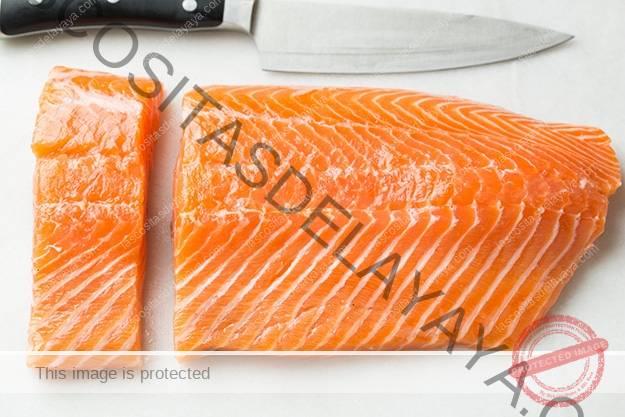 Corta un lado del salmón en filetes.