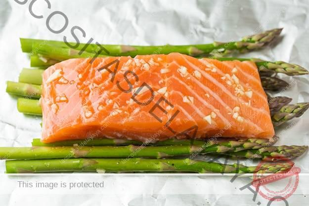 Coloque el salmón sobre los espárragos en una hoja de papel de aluminio.