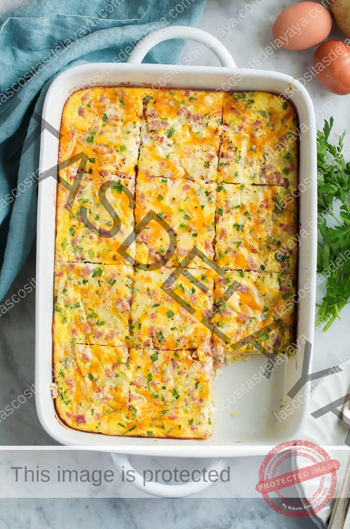 Imagen aérea de una cazuela de desayuno en una bandeja para hornear cortada en rodajas.