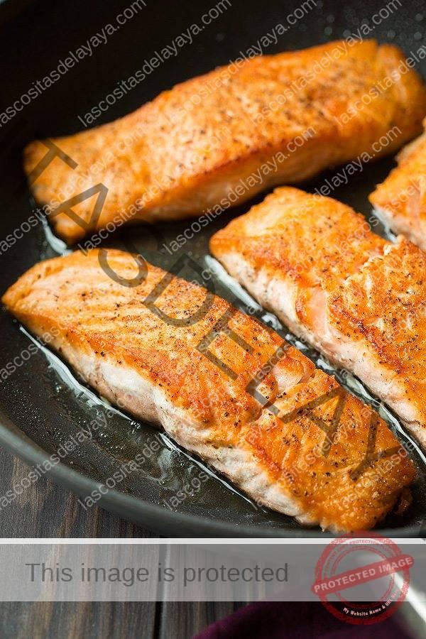 Mostrando cómo cocinar salmón en una sartén.