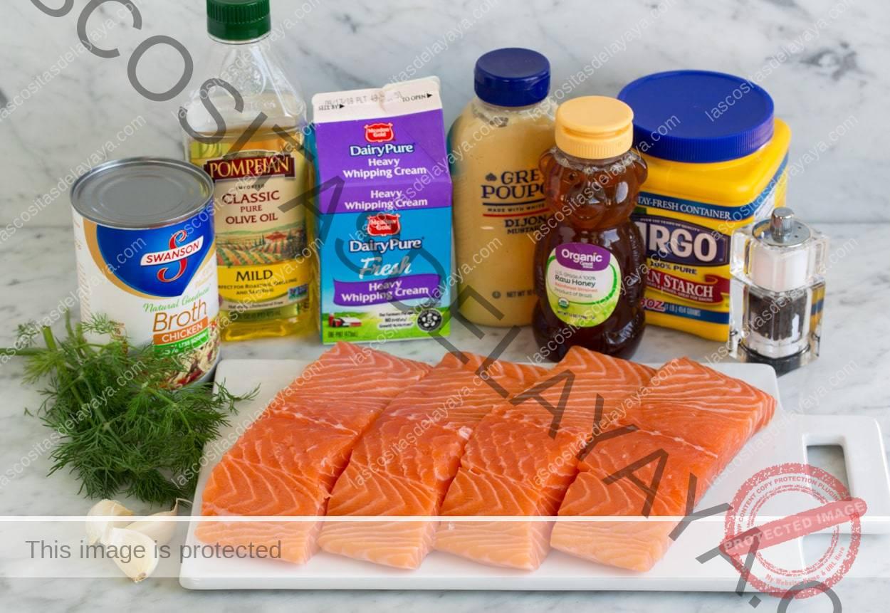 Ingredientes de salmón que se muestran aquí.  Filetes de salmón, ajo, eneldo, caldo de pollo, aceite de oliva, crema, dijon, miel y almidón de maíz.