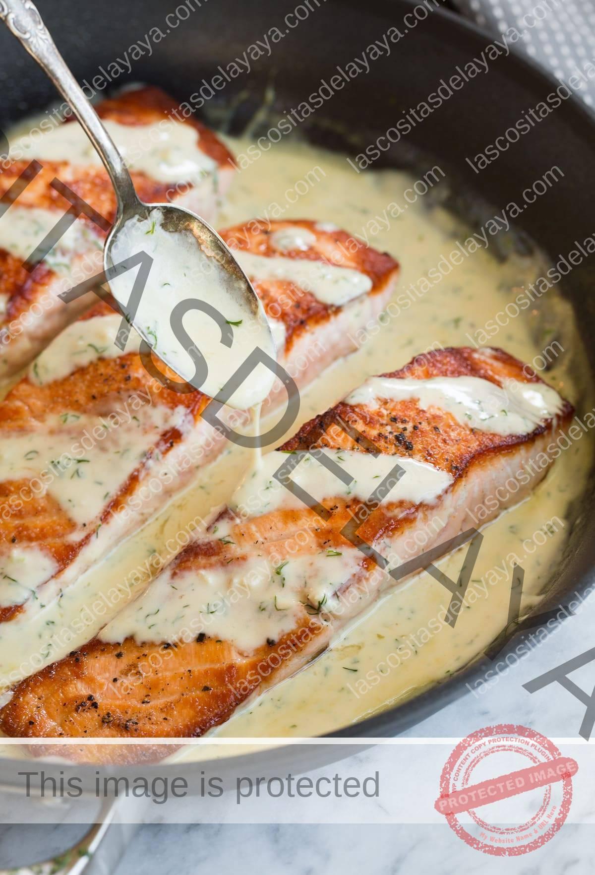 Coloque la salsa sobre un filete de salmón en una sartén.
