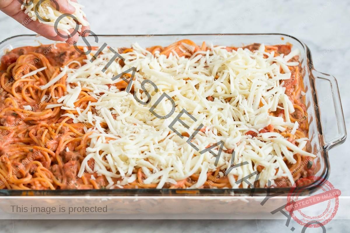 Agregue queso a la cazuela de espaguetis asados.