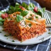 Rebanada de espaguetis cocidos en un plato blanco.