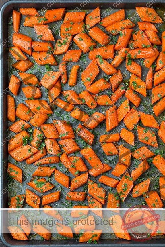 Zanahorias asadas con miel en la bandeja para hornear
