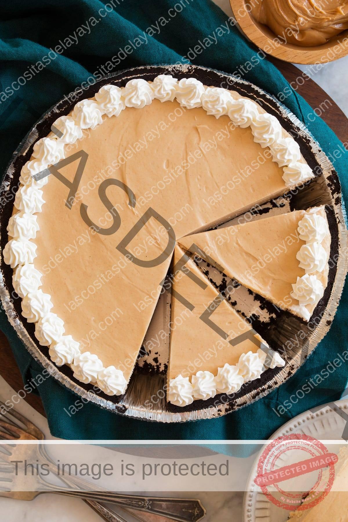 Imagen aérea de pastel de mantequilla de maní con algunas rebanadas cortadas.