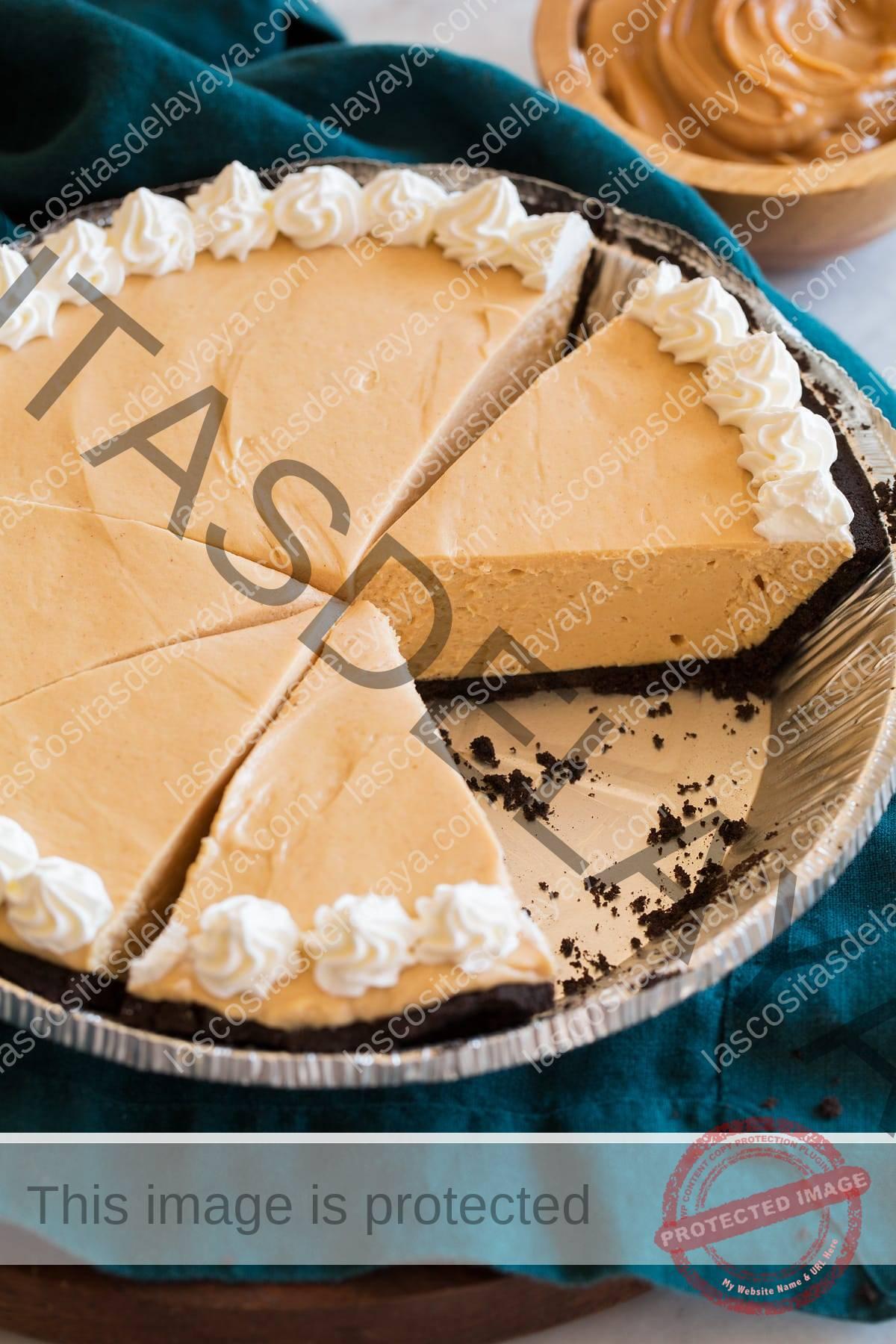Pastel de mantequilla de maní cortado en rodajas en forma de pastel de aluminio.