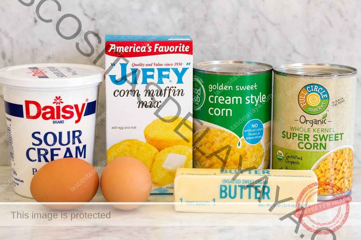 Imagen de ingredientes utilizados para una cazuela de maíz fácil con mezcla instantánea.
