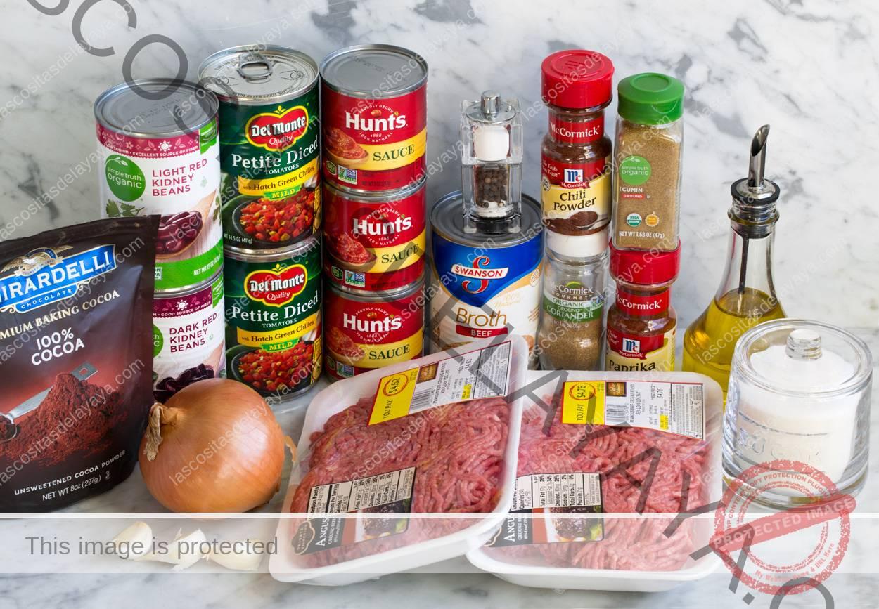 Aquí se muestran los ingredientes necesarios para hacer chili.