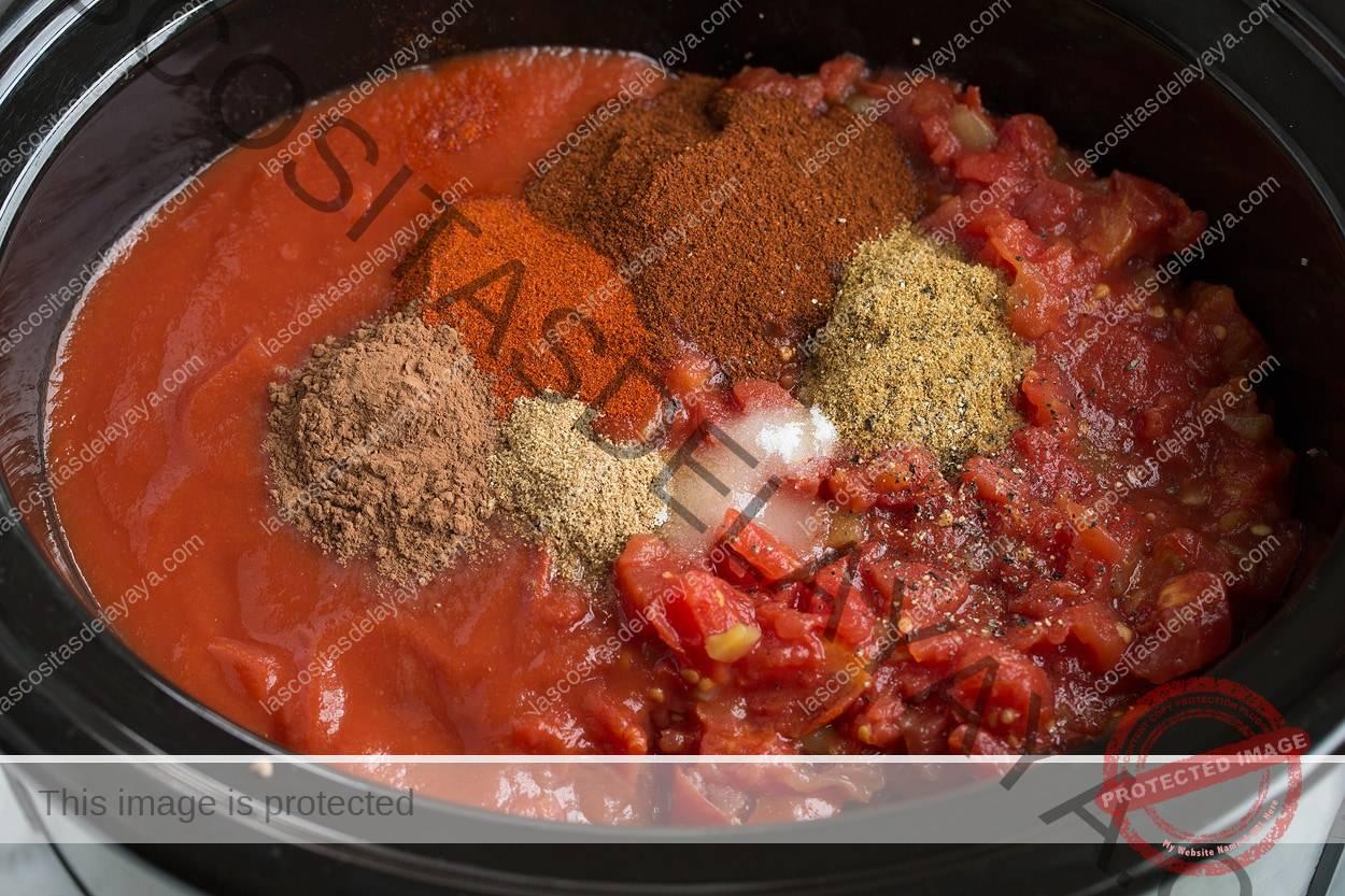 Agregue tomates, salsa de tomate y especias a la sartén para cocinar el pimiento.