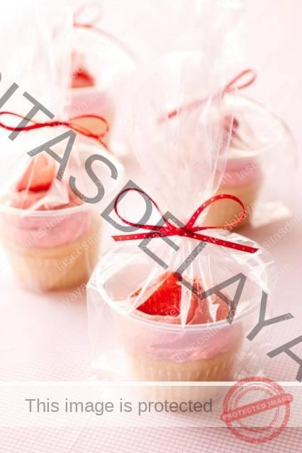 Cupcakes de Tarta de Fresa envueltos en celofán listos para ser presentados