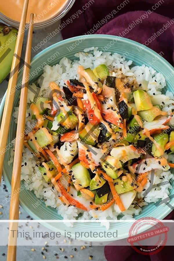 Ingredientes de California Roll Sushi en un tazón de arroz