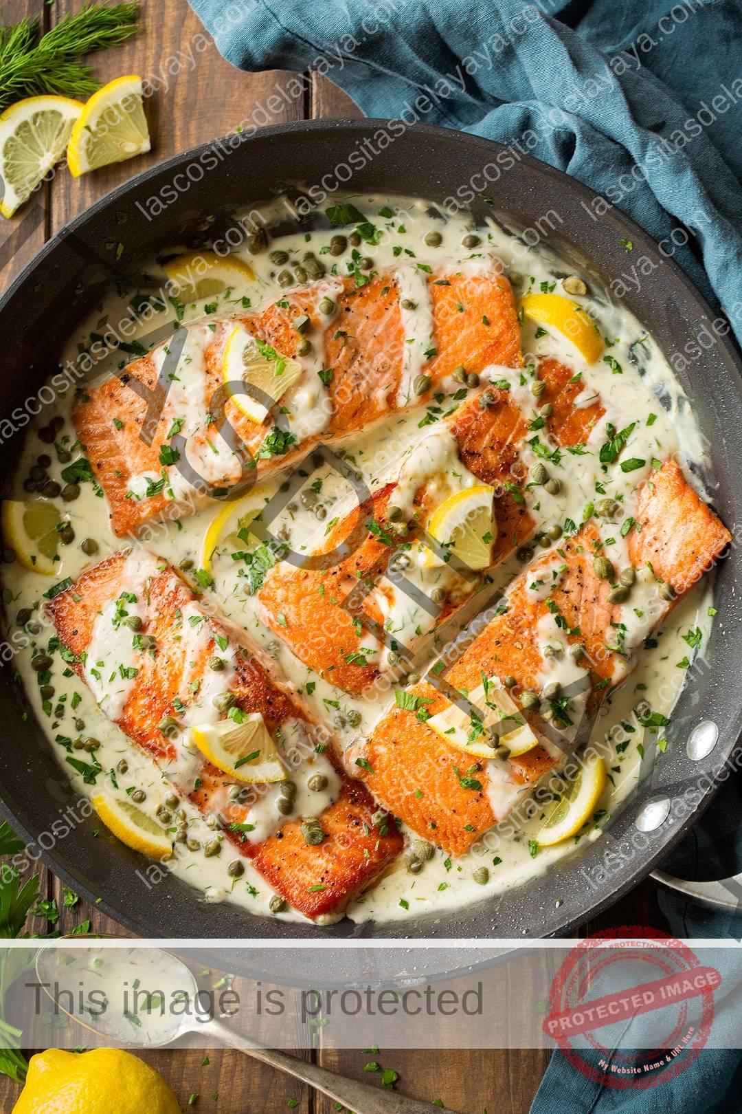Piccata de salmón que se muestra aquí en una sartén antiadherente de 12 pulgadas después de cocinar.