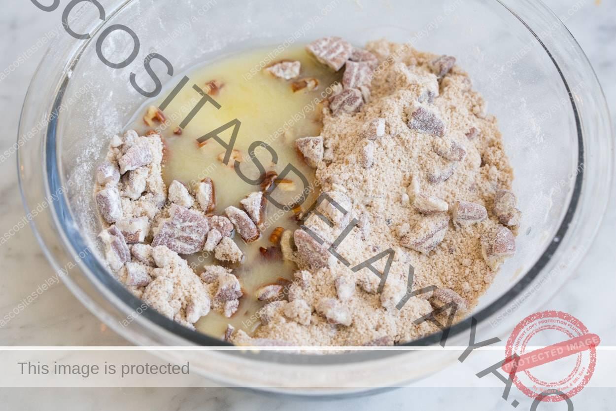 Agregue mantequilla a la mezcla de cobertura en un tazón de vidrio, para la cazuela de camote.