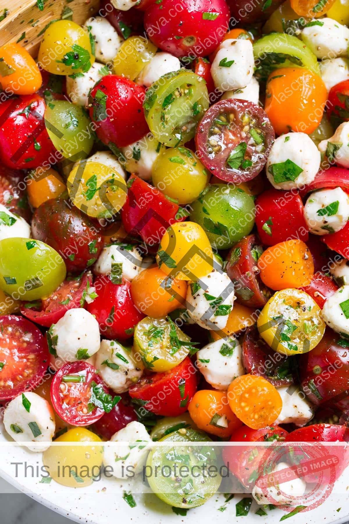 Cerrar imagen de ensalada de tomate en cuenco de cerámica.