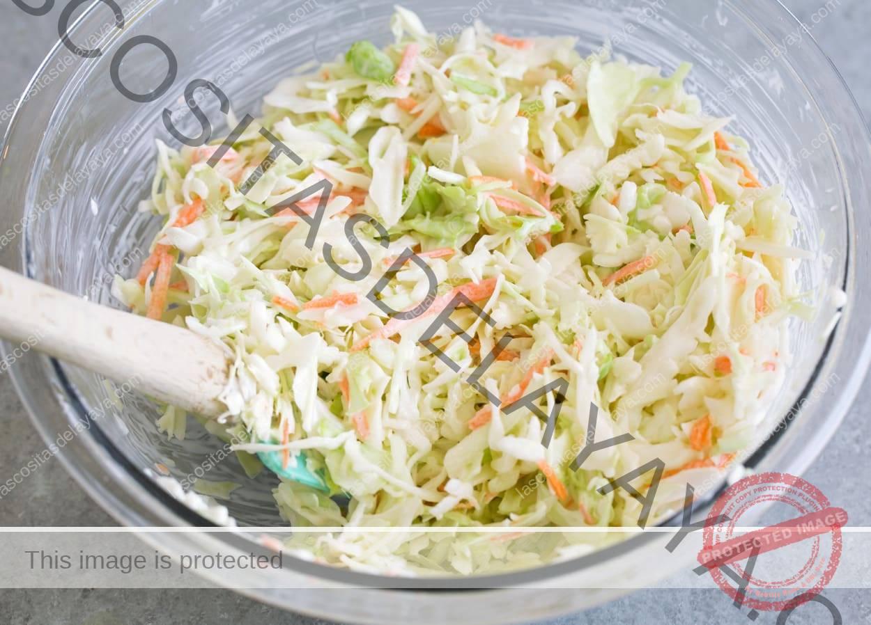 Echar la mezcla de ensalada de col y el aderezo en el bol