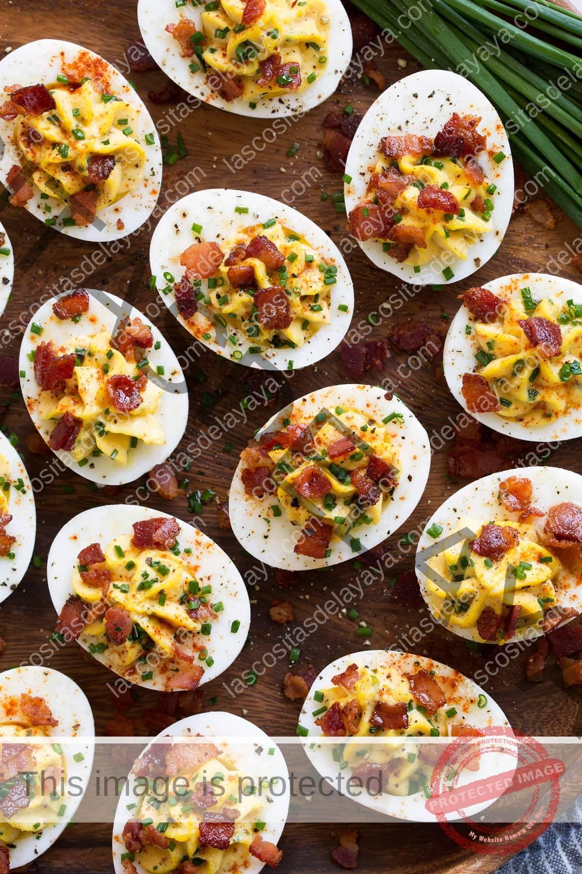 Huevos picantes adornados que se muestran arriba con cebolletas a un lado.