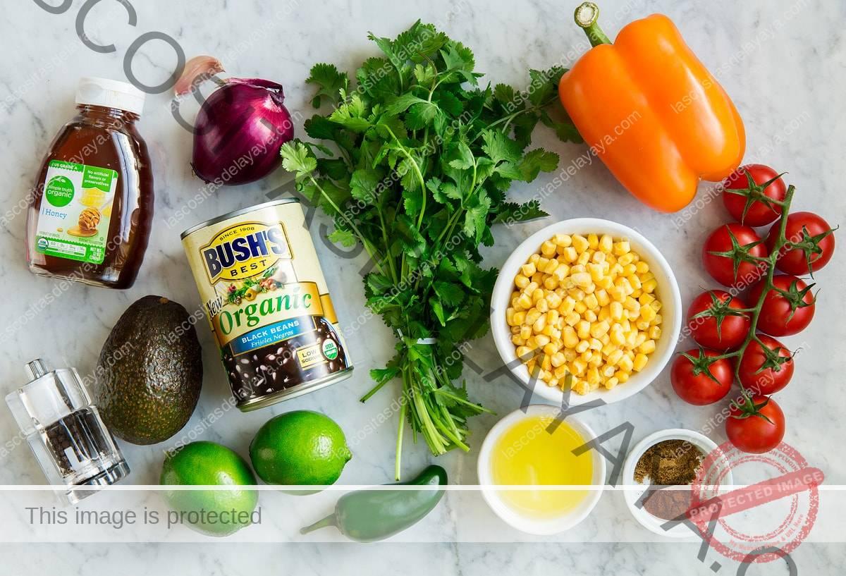 Ingredientes que se muestran aquí para hacer frijoles negros y ensalada de maíz.