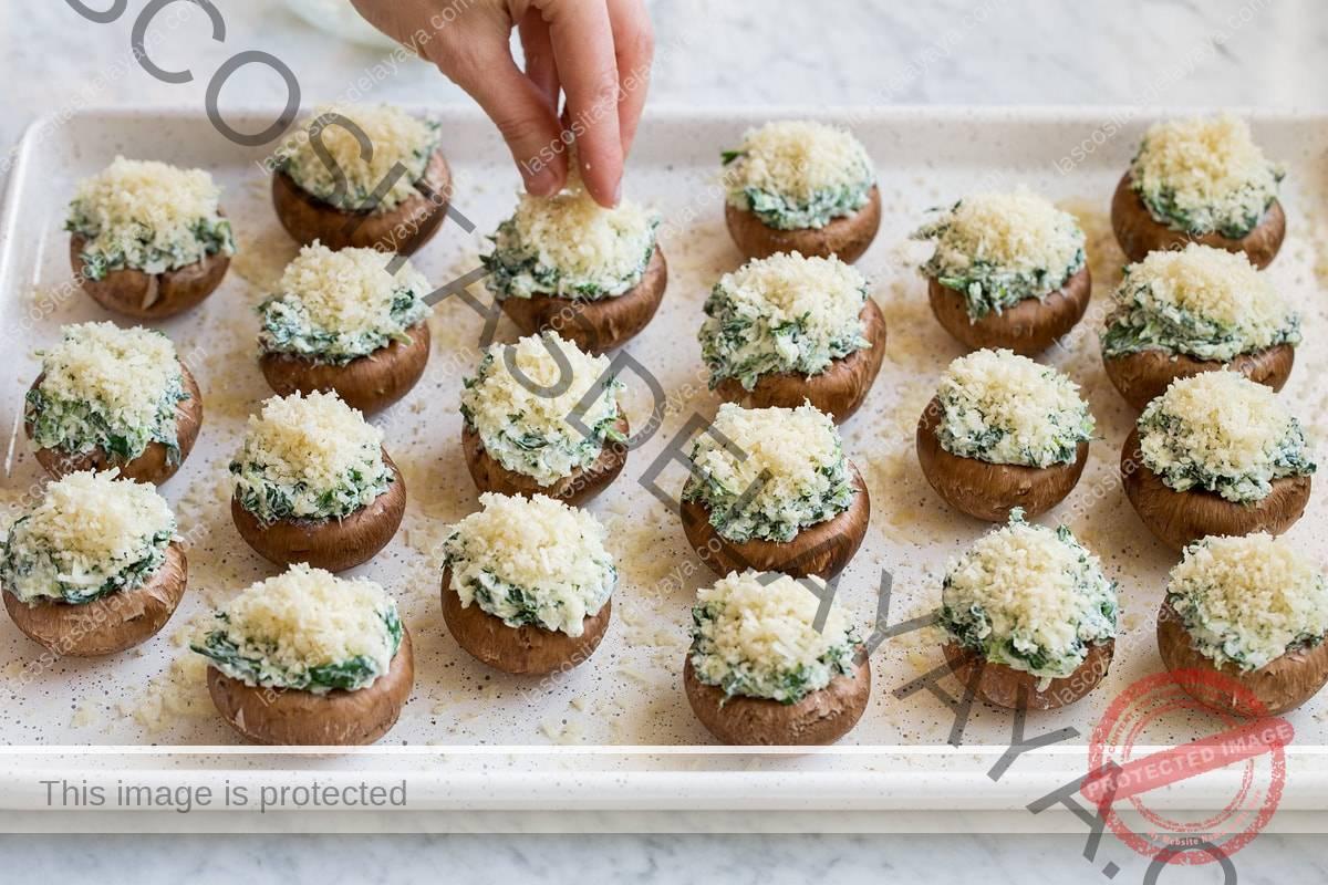 Cubrir los champiñones rellenos en la sartén con la cobertura de panko.