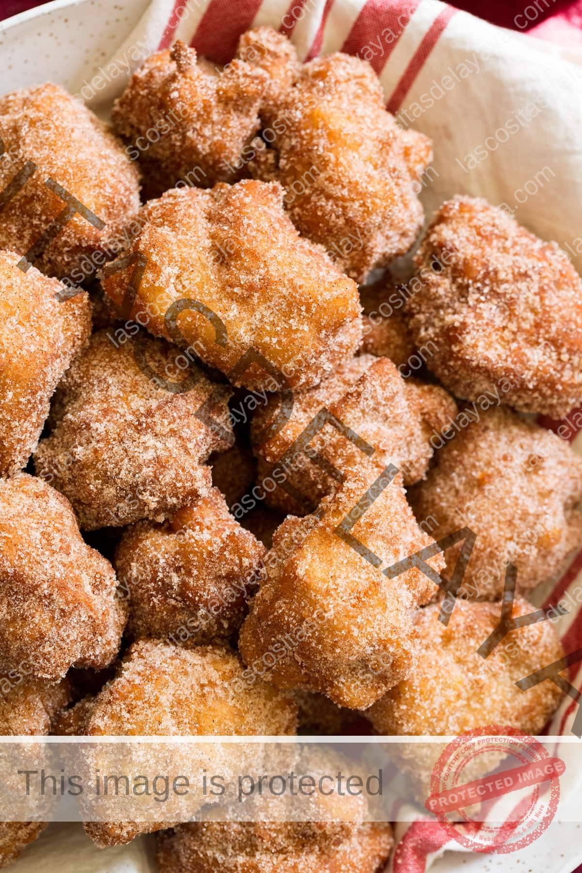Cerrar imagen de canela y galletas de manzana recubiertas de azúcar.