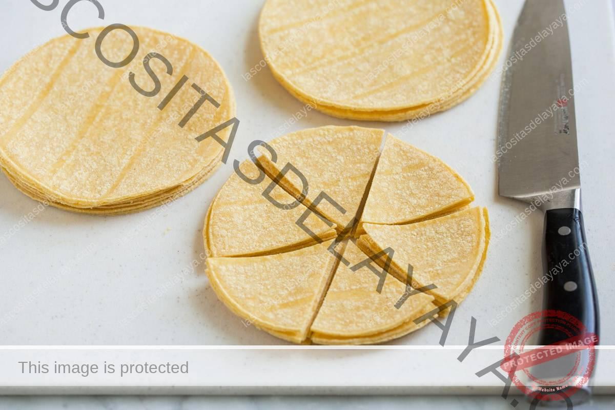Corta montones de tortilla en rodajas.