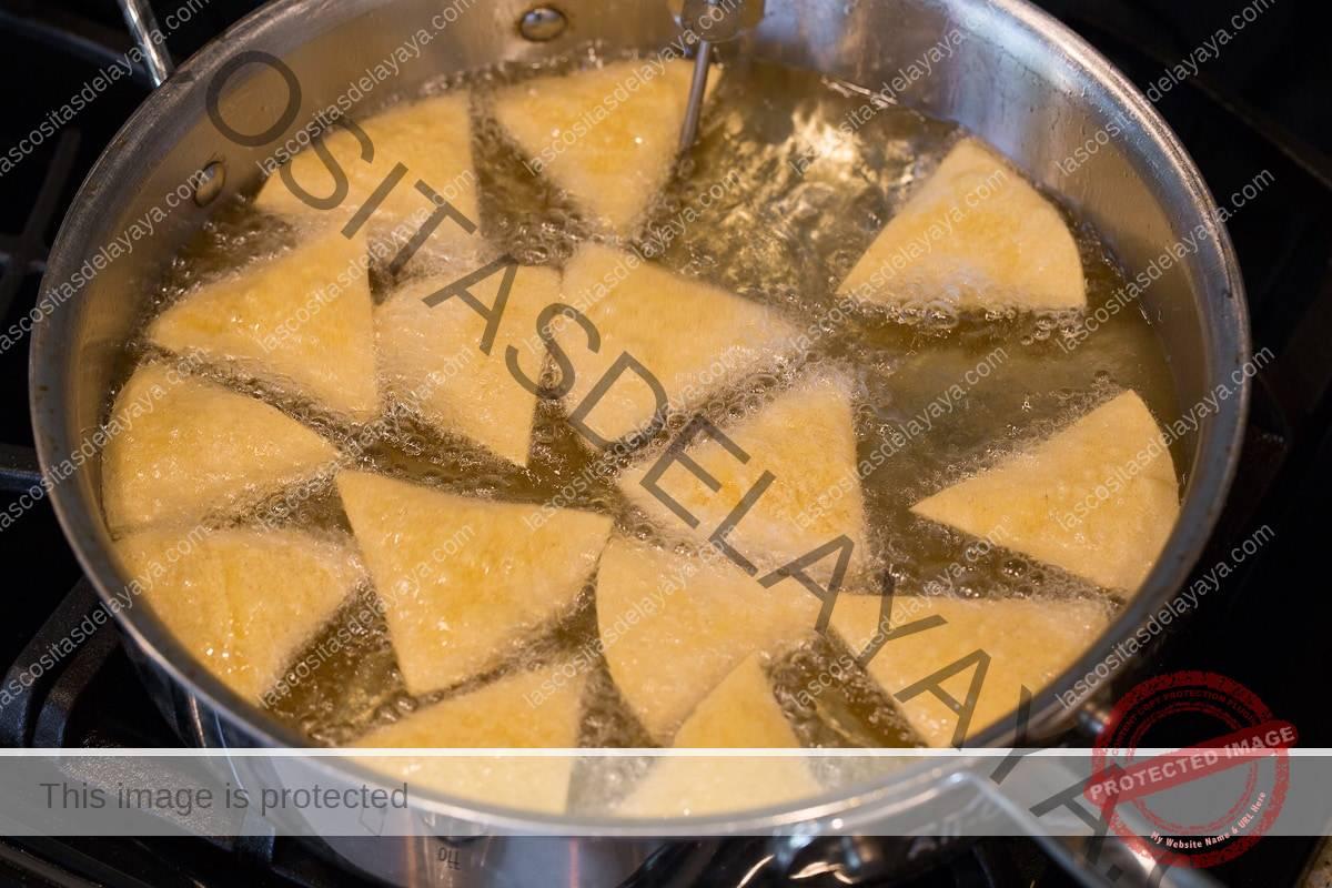 Freír las tortillas en aceite vegetal.