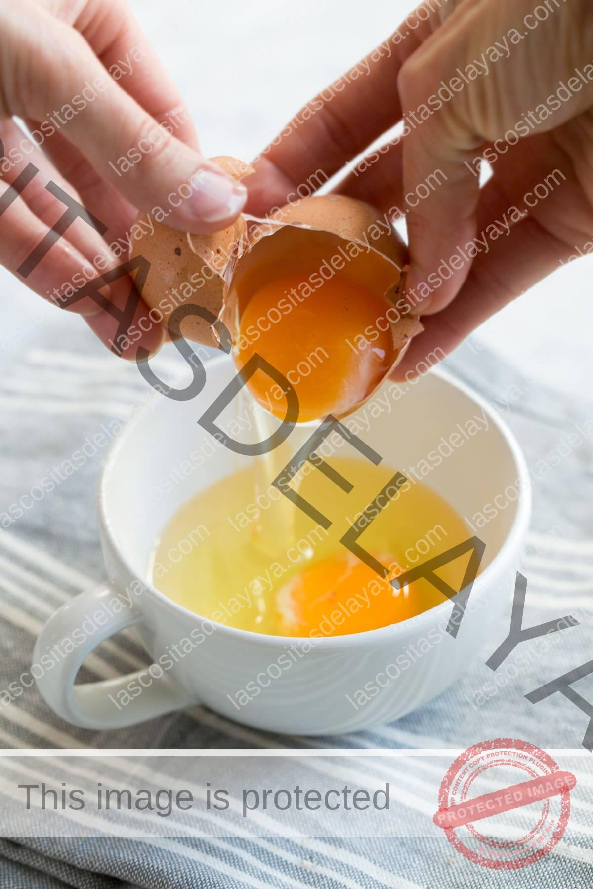 romper el huevo en una taza