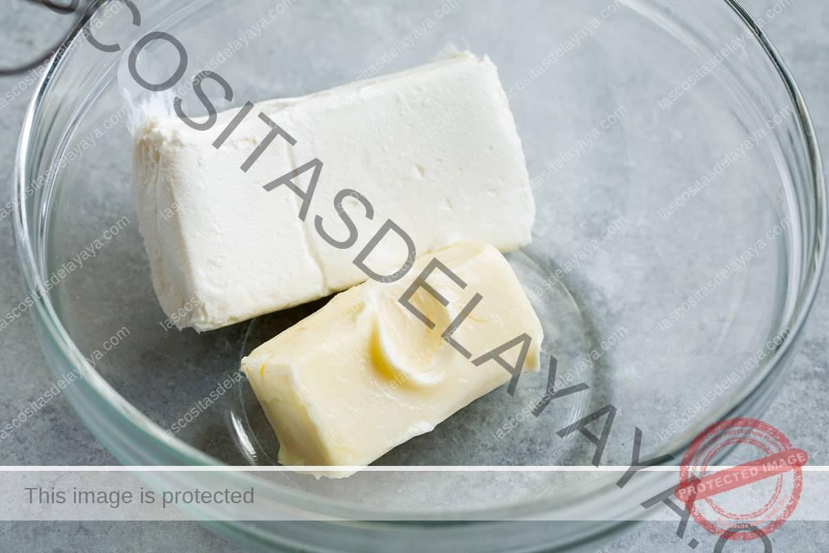 Bloque de queso crema y mantequilla en un bol de vidrio.